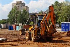 Traktor arbeitet an Baustelle Lizenzfreie Stockfotos