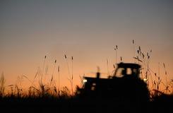 Traktor arbeitet an Feld Lizenzfreies Stockfoto