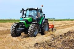 Traktor auf dem Ackerland Stockbilder