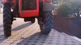 Traktor auf dem Bürgersteig in der Stadt, Gas vom Auspuffrohr stock video