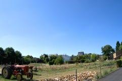 Traktor auf dem Bauernhof lizenzfreie stockfotos