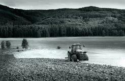 Traktor auf dem Feld Stockbilder
