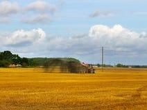 Traktor auf dem Feld Lizenzfreies Stockbild