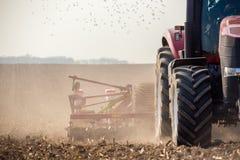 Traktor auf dem Feld Lizenzfreie Stockfotografie