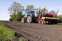 Traktor auf dem Feld schafft die Grundlage für das Säen des Weizens Stockfoto