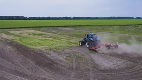Traktor auf dem Gebiet stock video footage