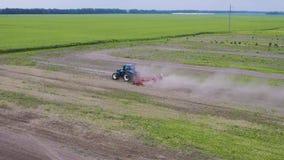 Traktor auf dem Gebiet stock video