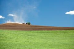 Traktor auf dem Gebiet. Lizenzfreies Stockfoto