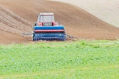 Traktor auf dem Gebiet Lizenzfreies Stockfoto