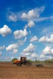Traktor auf dem Gebiet Lizenzfreie Stockfotos