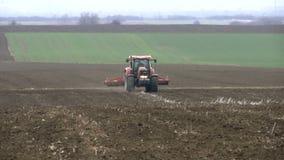 Traktor auf dem Gebiet stock footage