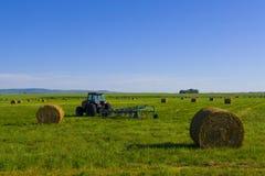 Traktor auf dem kanadischen Grasland Stockbilder
