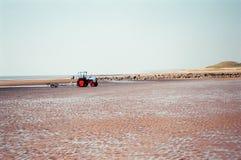 Traktor auf der Seeküste Lizenzfreie Stockfotos