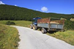 Traktor auf der Seite einer Straße Lizenzfreie Stockfotografie