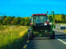 Traktor auf der Straße in Irland stockbilder