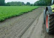 Traktor auf dort Weise zum Kartoffelacker lizenzfreie stockfotos