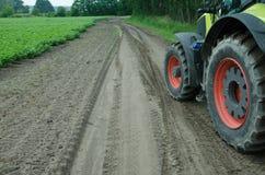 Traktor auf dort Weise zum Kartoffelacker stockfoto