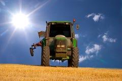 Traktor auf einem Feld Lizenzfreie Stockfotografie