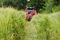 Traktor auf einem Feld Lizenzfreie Stockfotos