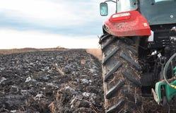 Traktor auf einem Feld Stockfotografie