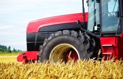 Traktor auf einem Gebiet Stockbild