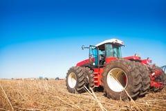 Traktor auf einem Gebiet Lizenzfreie Stockfotografie