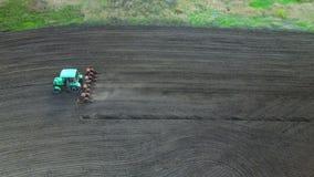 Traktor auf einem Gebiet, das Düngemittel macht stock video