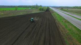 Traktor auf einem Gebiet, das Düngemittel macht stock footage