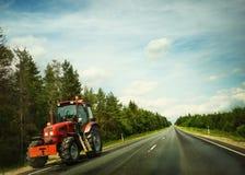 Traktor auf einer Straße Lizenzfreie Stockbilder