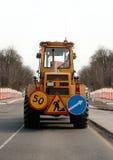 Traktor auf einer Straße Lizenzfreies Stockbild