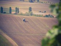 Traktor auf Ernte stockfoto