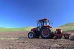 Traktor auf Feld Stockfotos
