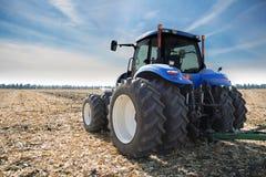 Traktor auf Feld Lizenzfreies Stockfoto