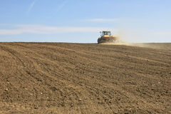 Traktor auf Feld Stockbild