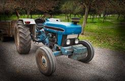 Traktor auf Straße Lizenzfreie Stockfotografie