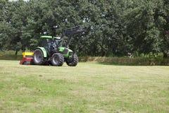 Traktor auf Weide lizenzfreies stockfoto