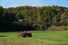 Traktor auf Weide Stockfotos