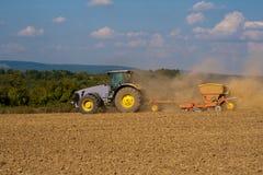Traktor bei der Arbeit über Bauernhof Stockfoto