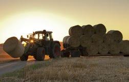 Traktor bei der Arbeit über ein Feld Lizenzfreie Stockbilder