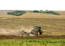 Traktor bei der Arbeit, die ein Feld, Ackerland kultiviert, pflog Feld, Stockfotografie