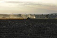 Traktor bei Sonnenuntergang Lizenzfreie Stockfotografie