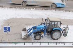 Traktor Belarus-82 1 für Schneeräumung Lizenzfreie Stockfotos