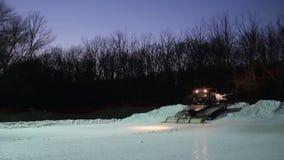 Traktor bereitet Rohrrennen vor stock video