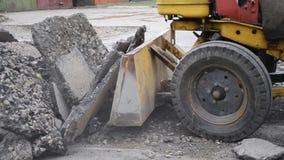 Traktor bewegt Asphalt stock footage