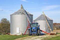 Traktor, Bohrer und Korn-Behälter Stockbild