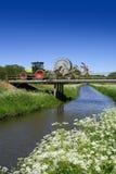 Traktor, der über Brücke antreibt stockfotos