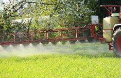 Traktor, der acricultural Pflanzenschutzschädlingsbekämpfungsmittel sprüht Stockfotos