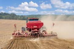 Traktor, der auf dem Gebiet arbeitet. Stockfotos