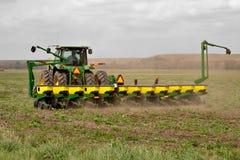 Traktor, der auf dem Gebiet arbeitet Lizenzfreies Stockfoto