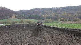 Traktor, der auf dem Gebiet vorbereitet für Bearbeitung arbeitet stock video footage